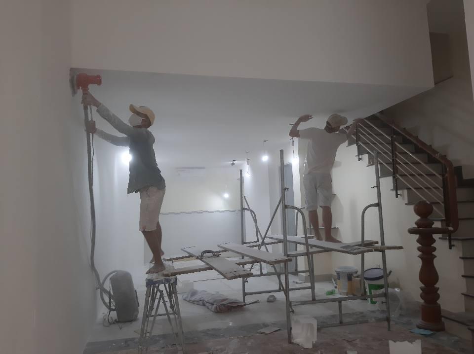 Thợ Sơn Nhà đang thi công tại Quận 12